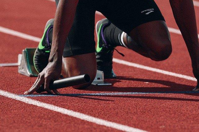atleet op atletiek baan
